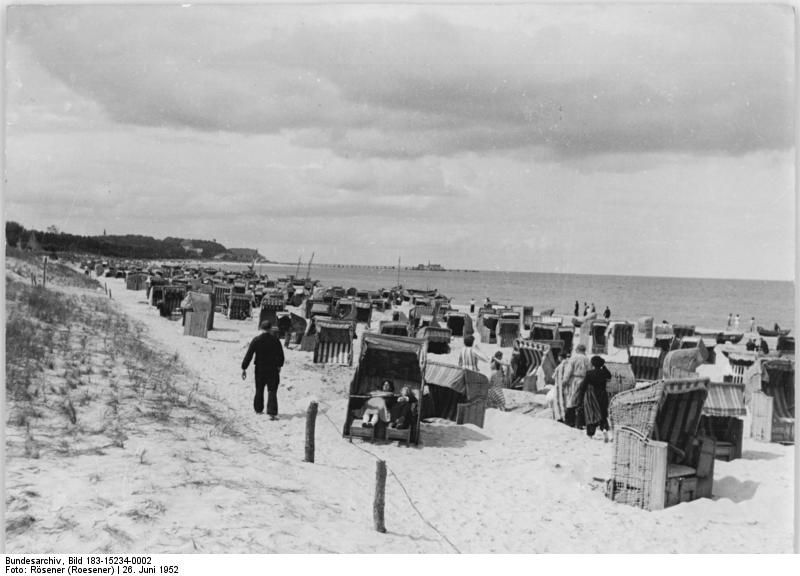 Am Strand von Ahlbeck 1952